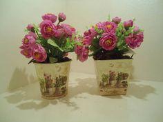 Dupla de vaso em metal e flores artificiais, com desconto! R$ 85,00