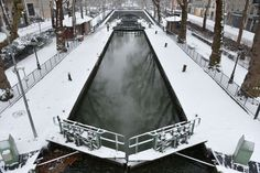A picture shows the banks of the Canal Saint Martin covered with snow on January 20, 2013 in Paris, after heavt snow falls over the French capital. AFP PHOTO / MIGUEL MEDINA   AFP/MIGUEL MEDINA