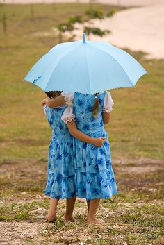 The color of blue, the clothes and umbrella are color coordinated. Pretty !