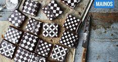 Mokkapalojen trendikäs tilkkutäkkikoristelu syntyy muutamassa minuutissa tomusokerista. Leivontaguru Prisca Leclerc kertoo, miten teet isänpäivän maukkaimmat mokkapalat. Coffee Brownies, Chocolate Coffee, Powdered Sugar, Teet, Food, Patterns, Block Prints, Essen, Meals
