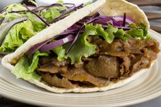 A great way to try Donner kebab is in a pita bread with chili sauce, garlic mayonnaise and crunchy salad. Slow Cooker Recipes, Crockpot Recipes, Healthy Recipes, Healthy Lunches, Healthy Food, Slow Cooking, Mayonnaise, Donner Kebab, Eating Clean