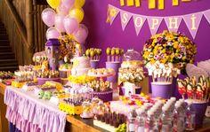 No aniversário com tema Rapunzel, criado pela Caraminholando (www.caraminholando.com.br), flores como astromélias, prímulas e tagetões, no mesmo tom dos enfeites da mesa do bolo, compuseram a decoração