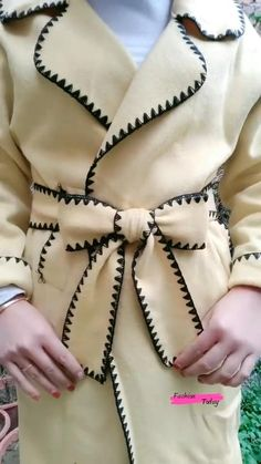 Diy Clothes Life Hacks, Diy Clothes And Shoes, Clothing Hacks, Diy Fashion Videos, Diy Fashion Hacks, Fashion Tips, Ways To Wear A Scarf, How To Wear Scarves, How To Tie Ribbon