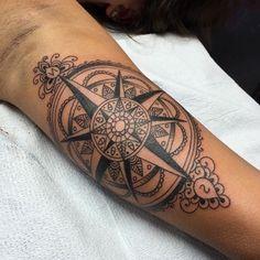 das ist eine wirklich tolle idee für einen großen schwarzen tattoo mit einem schwarzen kompass mit mandala motiven   eine tätowierung auf der hand