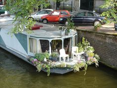Amazing Boat House You Will Love. What do you think about living on a river or a lake, for example by using a floating house. One thing you think about is a lot of mosquitoes and slums. Living On A Boat, Tiny Living, Trailer Casa, Houseboat Living, Houseboat Ideas, Dutch Barge, Water House, Boat House, Boat Interior