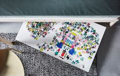 Puzzle su un'asse infilata sotto il divano - IKEA
