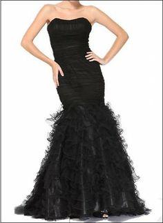 Extravagantes trägerloses Meerjungfrauenkleid, der Saum wird durch Volants betont