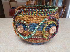 Rope Basket, Basket Bag, Basket Weaving, Rope Crafts, Diy Arts And Crafts, Braided Rag Rugs, Coil Pots, Pine Needle Baskets, Fabric Bowls