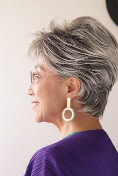 28歳から白髪に……加藤タキさん「試行錯誤を経てたどりついたグレイヘアの答え」 | 白髪染めから解放されて自分らしく! グレイヘアのすすめ | mi-mollet(ミモレ) | 明日の私は、もっと楽しい Short Grey Hair, Short Hair Styles, Elegant Hairstyles, Love Hair, Silver Hair, Old Women, Hair Cuts, Classy, Color