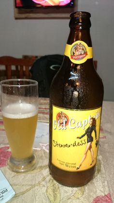 """Old Captain Beer A Weiss é uma cerveja originária do sul da Alemanha, região da Baviera, produzida com, pelo menos, 50% de trigo. É a típica cerveja de verão, considerada """"espumante"""" pelos alemães, que costumam bebê-la no desjejum. Tem aparência opaca e um leve sabor de banana, maçã ou ameixa. Muito clara, com espuma branca e abundante, e sempre efervescente"""