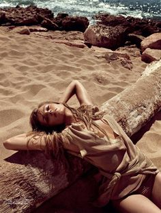 Sıcak Temas in Vogue Turkey with Anna Maria Jagodzinska wearing Phillip Lim - - Fashion Editorial Beach Poses, Beach Shoot, Beach Babe, Summer Beach, Summer Days, Pringle Of Scotland, Vogue Uk, Beach Editorial, Editorial Fashion