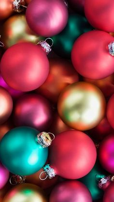 50 Free Stunning Christmas Wallpaper Backgrounds For iPhone - TheBeautyMax Handy Wallpaper, Wallpaper Free, Cellphone Wallpaper, Wallpaper Backgrounds, Iphone Backgrounds, Tree Wallpaper, Noel Christmas, Christmas Balls, All Things Christmas