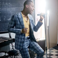 Leon Bridges has a classic R&B sound that feels slightly out of time. Wearing a suit on the weekend? That's a vintage move, too. But as Bridges shows here, the right retro tweaks can help your business clothes find their Saturday-night groove. Meme Costume, Costume Noir, Leon Bridges, Chapeau Stetson, Trench Burberry, Gq Usa, Dior, Plaid Suit, Moda Masculina