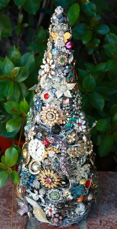 I want to use this as my inspiration for a small Steampunk tree! So going to make this for next christmas! Christmas Projects, Holiday Crafts, Christmas Crafts, Christmas Ornaments, Merry Christmas, Costume Jewelry Crafts, Vintage Jewelry Crafts, Brooch Display, Jeweled Christmas Trees