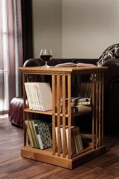 Boknäs Karusellipöydässä on säilytystilaa kirjoille 2,24 hyllymetriä. Se toimii mainiosti yö- ja sivupöytänä sekä jopa tarjoiluvaununa.
