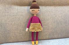Gratis hækleopskrift på hæklet ballerina. Hun er en yndig en af slagsen med sit opsatte hår og guldskørt. Den perfekte gave til en lille pige eller dreng.