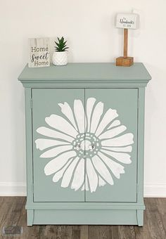 DIY Accent Cabinet Makeover Idea Thrift store and flea market finds are so fun if you love painting furniture. Check out this before and after cheap wooden cabinet update, perfect for your bedroom or living room. Diy Furniture Decor, Repurposed Furniture, Furniture Projects, Furniture Makeover, Painted Furniture, Furniture Refinishing, Diy Furniture Painting, Diy Furniture Renovation, Diy Furniture Cheap