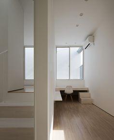 Integroidut työpöydät on pop - studio LOOP opens all-white voice house in japan onto veranda