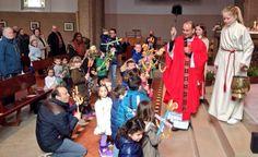 Palmpasen 2016. Pastor Roderick zegent de Palmpaasstokken...