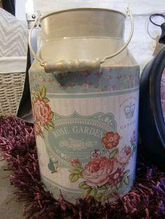 Shabby Chic Decor, Vintage Decor, Painted Milk Cans, Knick Knack Shelf, Decoupage Jars, Old Milk Cans, Garden Crafts, Bottle Art, Metallic Paint