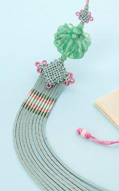 나를 나로서 존재하게 만드는 자존감 쥬얼리:나스첸카 - 노리개 Korean Traditional, Traditional Dresses, Messenger Bag Patterns, Korean Jewelry, Korean Hanbok, Tribal Dress, Wedding Costumes, Diy Origami, Festival Wear