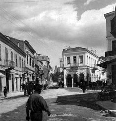 Athens, Evripidou and Praxitelous, street scene. Athens History, Greek History, Vintage Pictures, Old Pictures, Old Photos, Athens Hotel, Athens Greece, Bauhaus, Greece Pictures