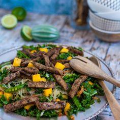 glasnudelsallad med grönkål Veg Recipes, Healthy Recipes, Healthy Food, Juice, Mango, Beef, Dinner, Recipes, Cilantro