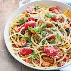 Pasta with lemon, tomatoes and basil INGREDIENTS 1 lb. cherry tomatoes, halved and cut in half 25 shredded basil l. Easy Pasta Salad, Pasta Salad Recipes, Pizza Recipes, Chicken Recipes, Cooking Recipes, Healthy Recipes, Vegan Recepies, Lunch To Go, Diet And Nutrition