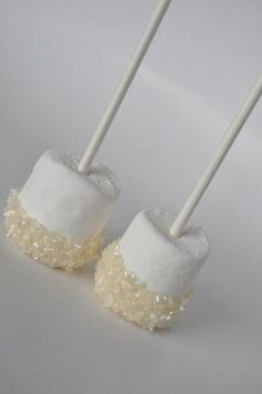 Wedding Themes Little white marshmallow dessert pops, perfect for a winter wedding - White is typical for winter when everything is covered with snow. Rock white with a touch of sparkle or icy blue to get refined wedding decor. Candy Table, Candy Buffet, Dessert Table, Wedding Candy, Wedding Themes, Wedding Ideas, Wedding Decor, Buffet Wedding, Wedding Rustic