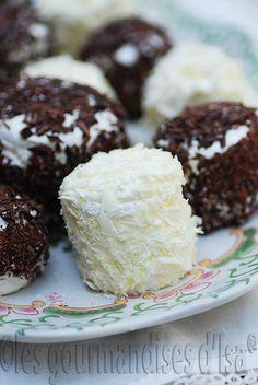 DES MERVEILLEUX - Pour 28 Merveilleux Les meringues françaises : 5 blancs d'oeufs 1 1/4 tasses (250 g) de sucre Chantilly : 2 tasses (500 ml) de crème 35 % 1/2 c. à café (2,5 ml) de crème de tartre (pour stabiliser la chantilly) 1/4 tasse (25 g) de sucre à glacer 1 tablette (100 g) de chocolat noir 1 tablette (100 g) de chocolat blanc