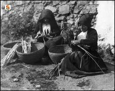 l'intreccio è un'arte antica -Ollolai, confezione cestini d'asfodelo ,1950 circa