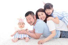 Family Portrait Poses, Family Posing, Studio Photos, Studio Portraits, Indoor Family Photography, Family Photo Studio, Baby Family, Photo Tips, Newborn Photos