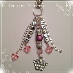 Princess keyring with names Jewelry Crafts, Jewelry Ideas, Name Keyrings, Stick Pins, Beading Projects, Zipper Pulls, Key Chains, Jewellery Making, Key Rings