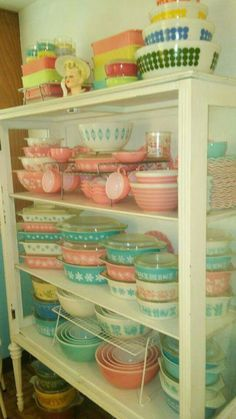 love this beautiful collection!! I think I need this shelf for my enamel / pyrex hmmmm