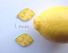 初夏を思わせるレモンモチーフのブローチです。Tシャツやかごバッグにちょこんと付けるとかわいいです♪素材はプラ板です。表面をツヤ消しニスでマッドに仕上げています...|ハンドメイド、手作り、手仕事品の通販・販売・購入ならCreema。
