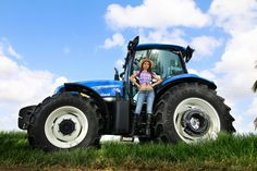 Country Girls and Farm Tractors - Bing images Case Ih Tractors, Big Tractors, New Holland Ford, New Holland Tractor, International Tractors, Antique Tractors, Heavy Machinery, Joan Jett, Computer Wallpaper