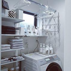 女性で、4LDKの収納棚/ニトリ/ホスクリーン/100均アイテム/無印良品/モノトーン…などについてのインテリア実例を紹介。「脱衣室⭐モノトーンで統一してスッキリ(*^^*)・・・と言いたいけど、写ってない洗濯機横には子供のお風呂のカラフルオモチャが(。>д<)」(この写真は 2016-12-13 13:18:16 に共有されました)