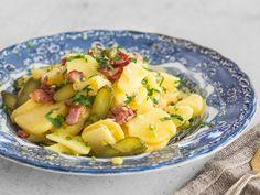Lauwarmer Bayrischer Kartoffelsalat mit Brühe und Speck