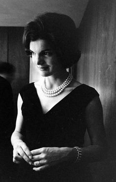 Jackie Kennedy wearing her three strand simulated pearl necklace. Jacqueline Kennedy Onassis, John Kennedy, Jackie Kennedy Style, Jaqueline Kennedy, John Fitzgerald, Yves Saint Laurent, Thing 1, Glamour, Jfk