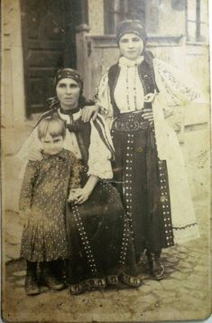port popular Transilvania - perioada interbelica Frankenstein Costume, Young Frankenstein, Folk Embroidery, Learn Embroidery, Romania People, Thinking Day, Antique Quilts, Folk Costume, Vintage Photography