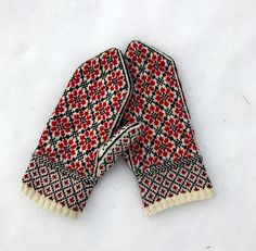 Vintage Embroidery Patterns Russian Flower Mittens pattern by Kristen McLaren - These mittens were inspired by vintage Russian embroidery. These traditionally shaped mittens feature a modern thumb for added comfort and durability. Knitted Mittens Pattern, Easy Knitting Patterns, Knit Mittens, Knitted Gloves, Knitting Socks, Fingerless Mittens, Knitting Tutorials, Hat Patterns, Loom Knitting