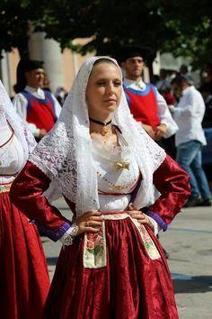 ragazza in costume tradizionale sardo
