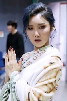 "MAMAMOO - Hwasa #화사 (Ahn HyeJin #안혜진) SNS translation ""Oh, who's this…? HwaSa transformed into a Tibetan lady(?) using the blanket (Makes fun of herself) """
