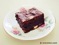 """""""Ultieme brownies"""". Ik vind het nogal een statement. Toch noemt de eerste Heel Holland Bakt-winnaar, Rutger van den Broek, de brownies zo in zijn bakboek 'Rutger Bakt'. Dat kan dan alleen maar nieu..."""