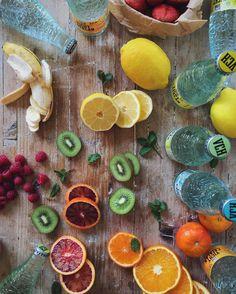 C o c k t a i l. Me he puesto a hacer experimentos buscando una explosión de color y sabor. Mezclando frutas con las variedades de @vichycatalan a ver qué salía... Me chifla el vichy de menta con plátano y frambuesa y el de limón con kiwi. Seguiré investigando!