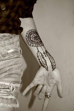 Dreamcatcher henna tattoo - If you can't get a real tattoo even if you want to, don't let that stop you. Henna tattoos and temporary tattoos are also great. Arm Tattoo, Tatto Ink, Tatoo Henna, Tattoo Hals, Piercing Tattoo, Get A Tattoo, Body Art Tattoos, Cool Tattoos, Tatoos