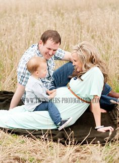 www.twosisters-photography.com Maternity Photography | Sumner Washington Maternity and Newborn photographers | Field maternity session | Family maternity session