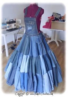 Relooking + Recyclage = Création unique et écolo Recyclage de 38 jeans pour faire cette robe :) -- WOW! 38 pairs of jeans to make the dress! She also made a Papas an chair cover and a pillow. I couldn't get the page to translate, so I do Recycled Fashion, Recycled Denim, Diy Clothing, Sewing Clothes, Recycled Clothing, Sewing Jeans, Denim Ideas, Denim Crafts, Old Jeans