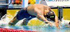 男子200メートル背泳ぎ決勝で勢い良くスタートする入江