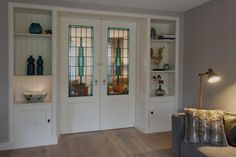 Wie zijn wij Jaren '30 interieur is een inspiratie site. Wij publiceren hier regelmatig afgeronde projecten in deze kenmerkende stijl. Alle interieurs worden uitvoerig omschreven en ingedeeld op gebruikte elementen zoals: Kamer en Suites, Boekenkasten, Deuren, Plinten, Deurlijsten, Vensterbanken en Vestibules. Alle getoonde interieurs zijn door onszelf ontworpen, geplaatst en afgewerkt. Wat is Jaren '30 Interior Design Living Room, Living Room Designs, Living Room Decor, Home Decor Inspiration, Home And Living, New Homes, House Design, Living Room Ideas, Glass Internal Doors